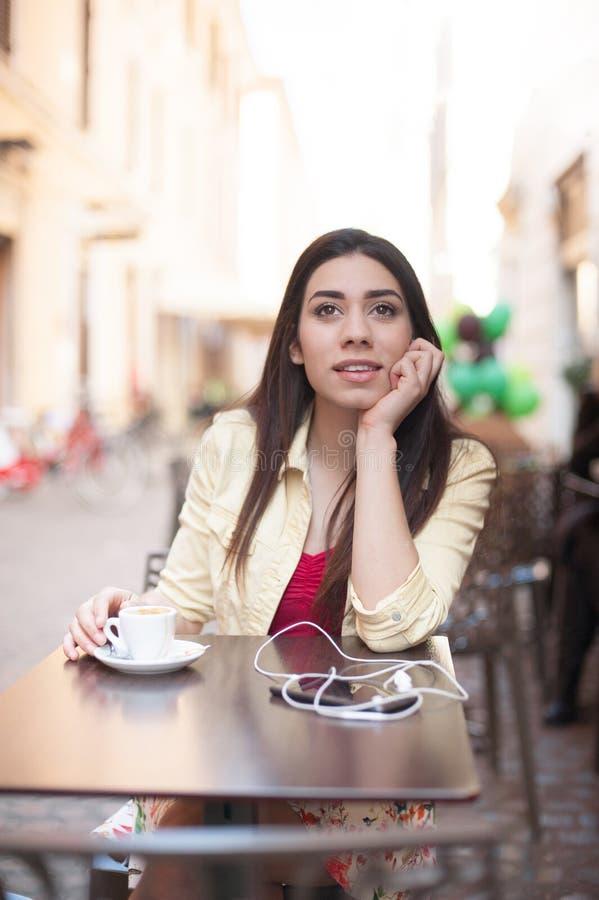 Молодая красивая женщина ослабляя в кафе-баре стоковые изображения