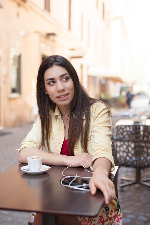 Молодая красивая женщина ослабляя в кафе-баре стоковые фотографии rf