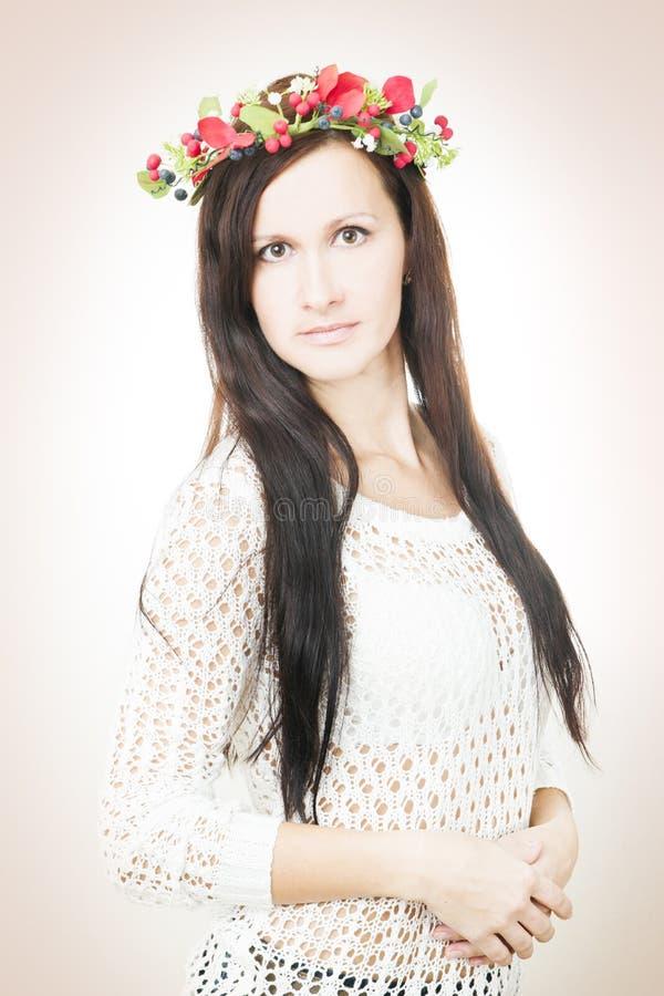 Download Молодая красивая женщина с венком цветка на голове Стоковое Изображение - изображение насчитывающей счастливо, цветки: 41662025