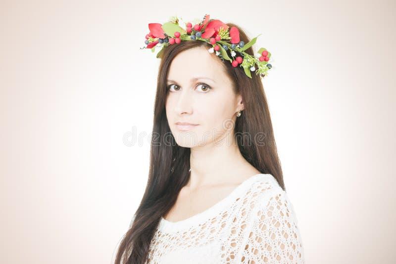 Download Молодая красивая женщина с венком цветка на голове Стоковое Фото - изображение насчитывающей выражать, отрезок: 41662054