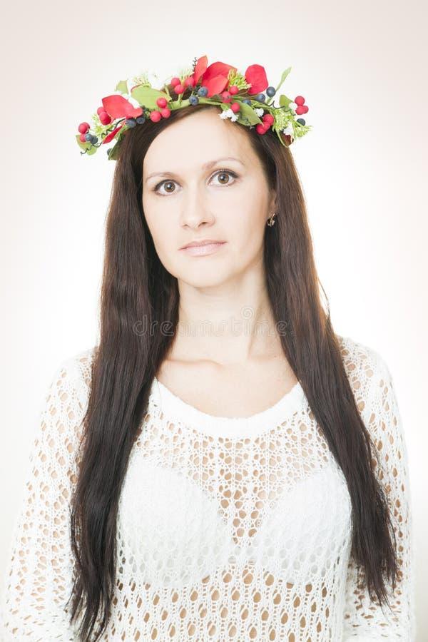 Download Молодая красивая женщина с венком цветка на голове Стоковое Изображение - изображение насчитывающей сторона, boyce: 41662107