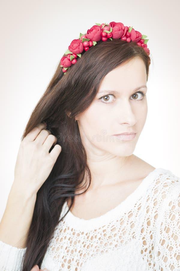 Download Молодая красивая женщина с венком цветка на голове Стоковое Фото - изображение насчитывающей губы, длиной: 41662174
