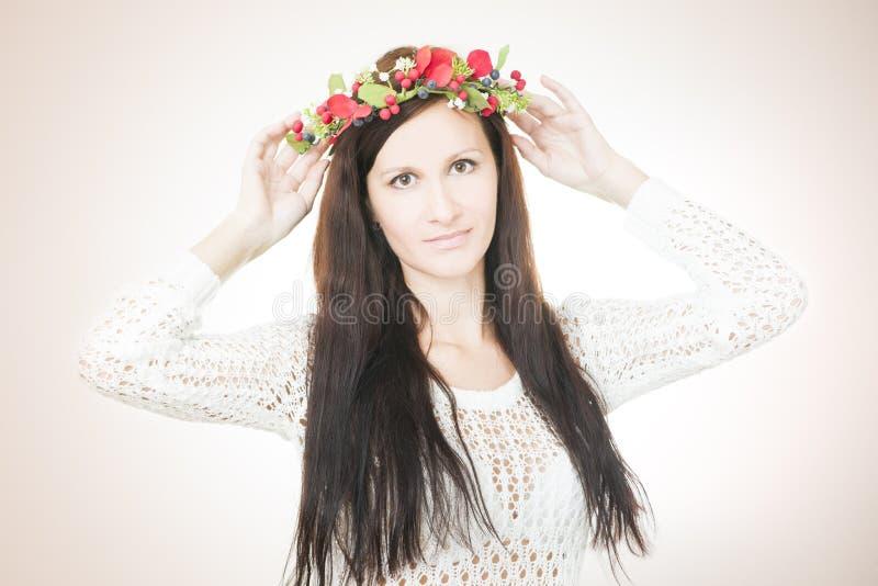 Download Молодая красивая женщина с венком цветка на голове Стоковое Изображение - изображение насчитывающей лицево, hairstyle: 41662623