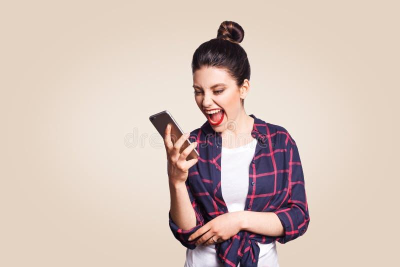 Молодая красивая женщина с умным телефоном стоковые фотографии rf