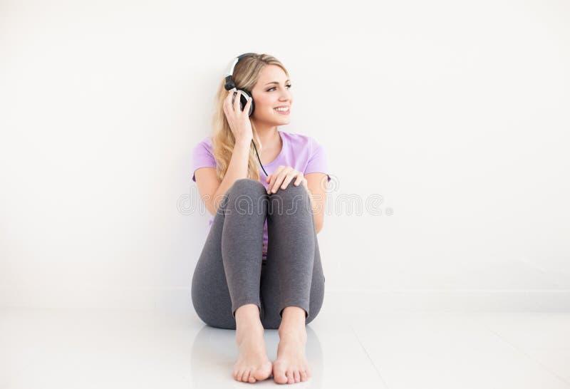 Молодая красивая женщина слушает музыка с наушниками стоковое изображение rf
