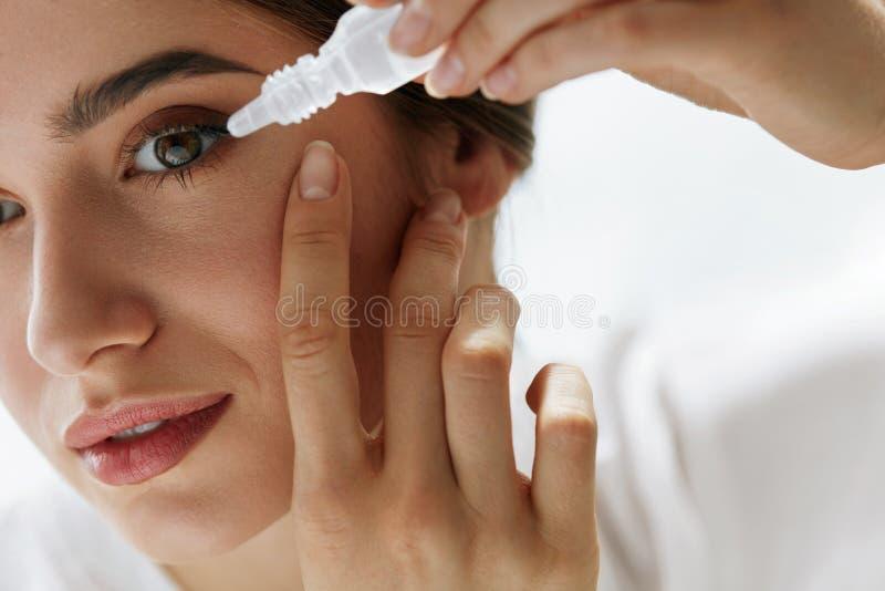 Молодая красивая женщина с Eyedrops Концепция зрения и медицины стоковое фото
