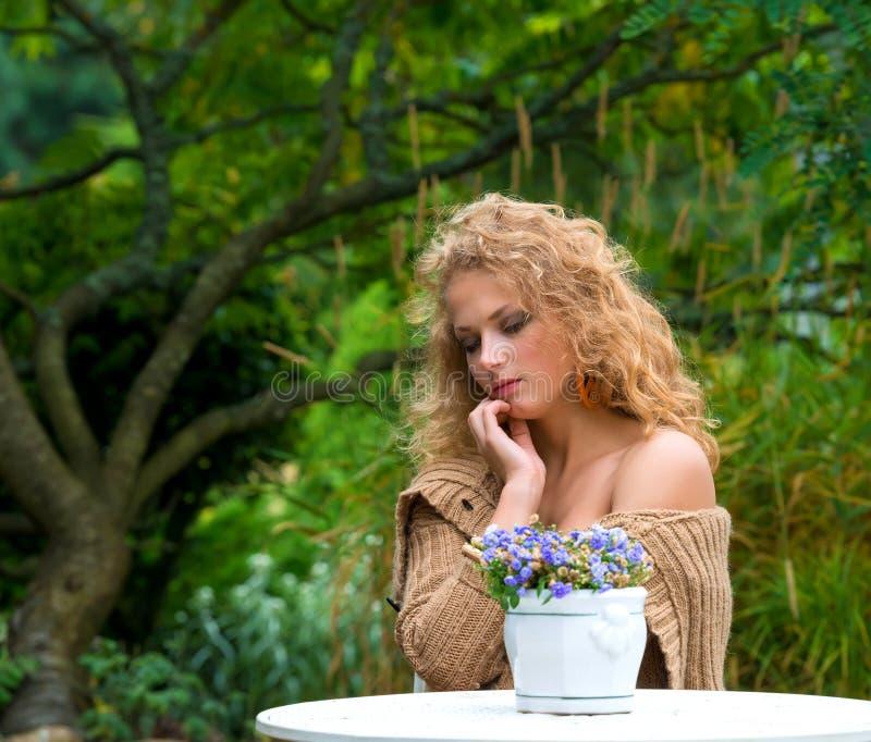 Молодая красивая женщина стоковые изображения rf