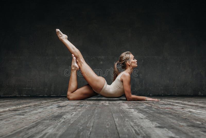 Молодая красивая йога представляя в студии стоковые фото