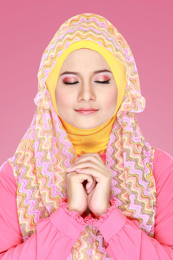 Download Молодая красивая мусульманская женщина с Hijab розового костюма нося Стоковое Изображение - изображение насчитывающей glamor, очарование: 37928775
