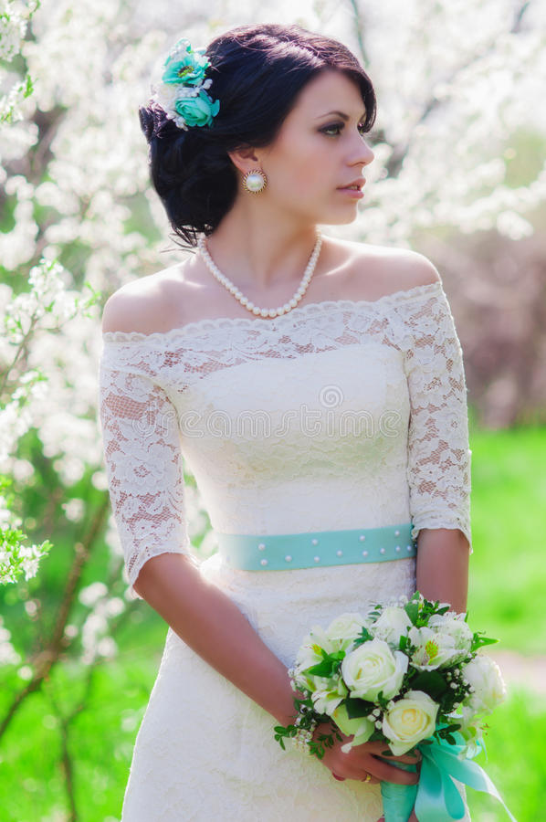 Молодая красивая невеста в blossoming саде весной стоковая фотография