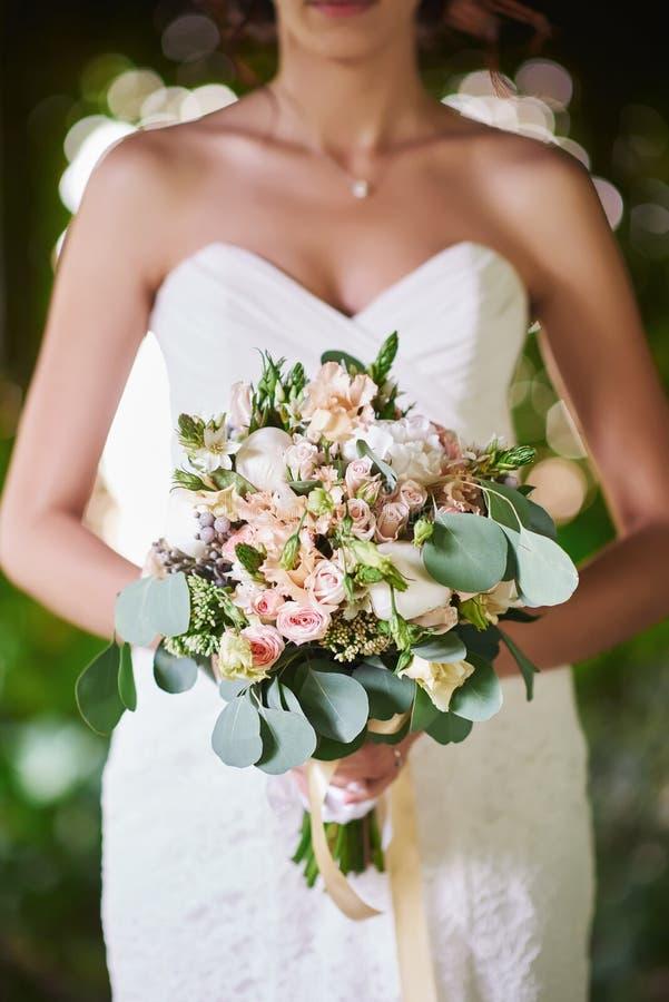 Молодая красивая невеста с стилем причёсок и составом стоковое изображение rf
