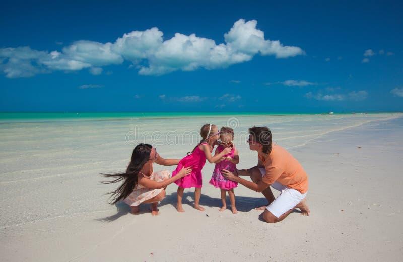 Молодая красивая семья при 2 дочери имея стоковые изображения