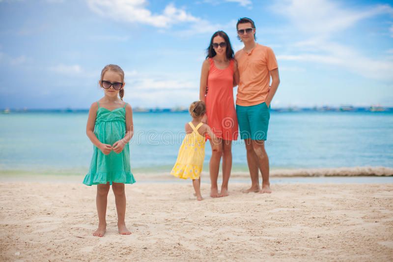Молодая красивая семья при 2 дочери имея стоковое фото rf