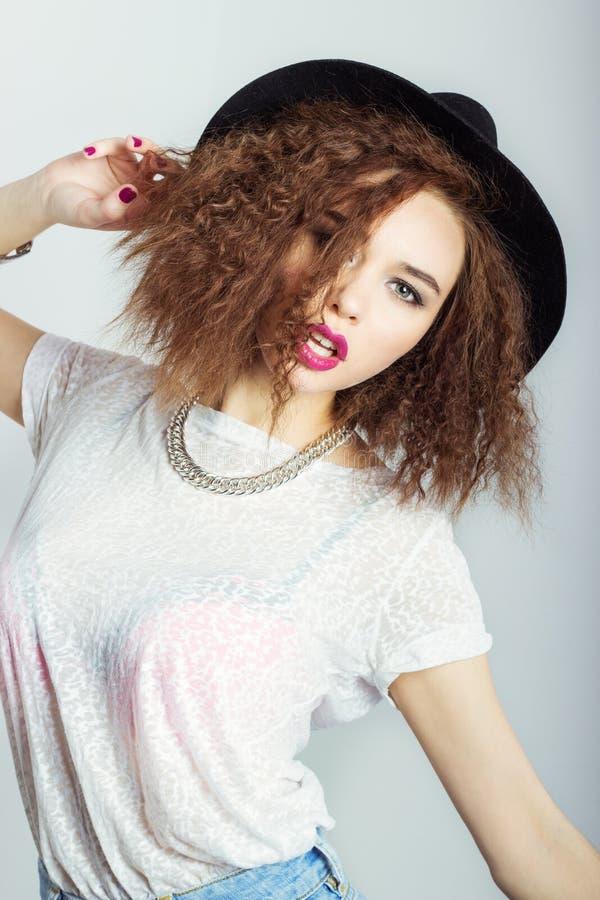 Молодая красивая счастливая женщина в черной шляпе, яркий состав, вьющиеся волосы, студия фотографии моды на белой предпосылке стоковое фото rf