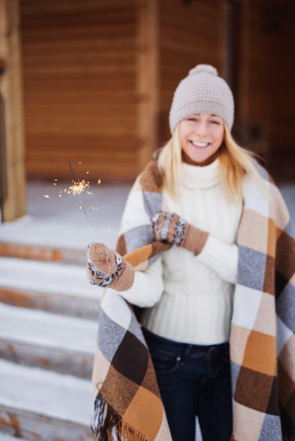 Молодая красивая счастливая усмехаясь девушка держа бенгальский огонь Рождество, Новый Год, концепция стоковые фото