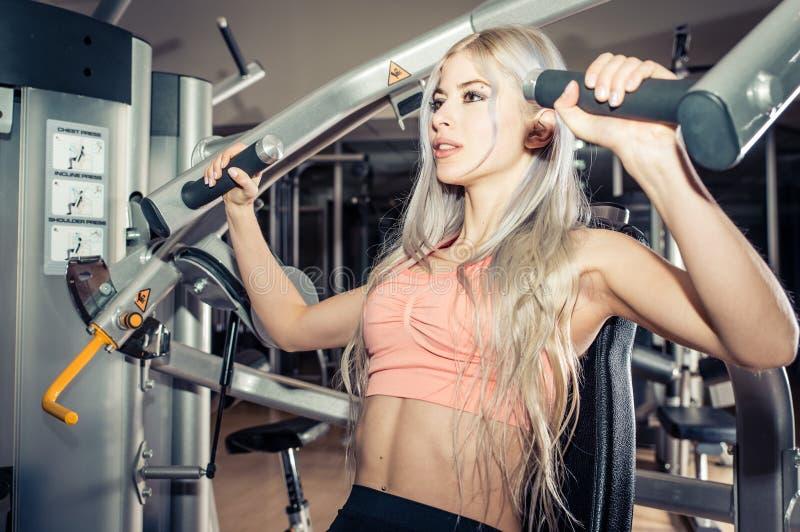 Молодая красивая тренировка девушки в фитнес-центре стоковое изображение