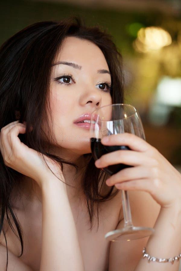 Молодая красивая ультрамодная женщина в баре Красивая азиатская девушка в p стоковая фотография