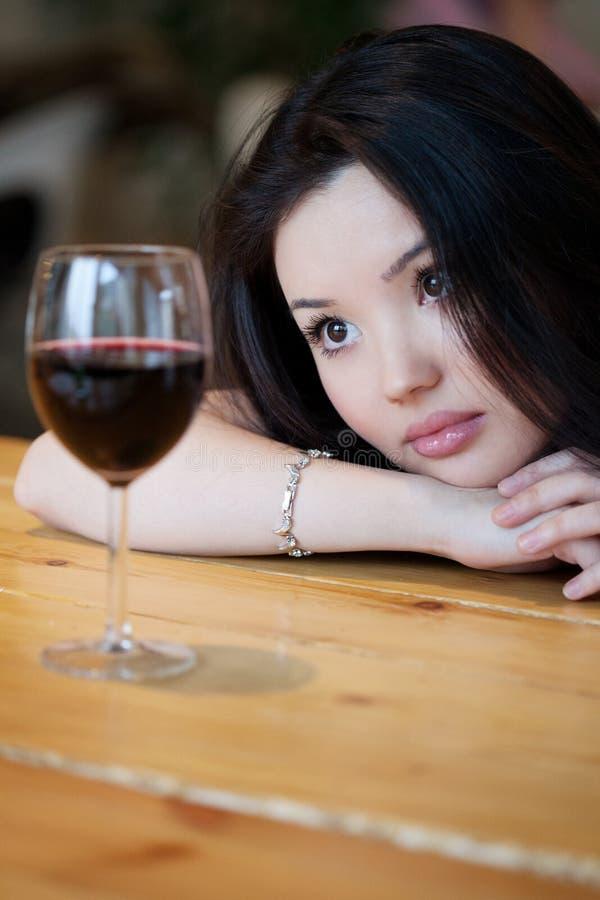 Молодая красивая ультрамодная женщина в баре Красивая азиатская девушка внутри стоковая фотография rf