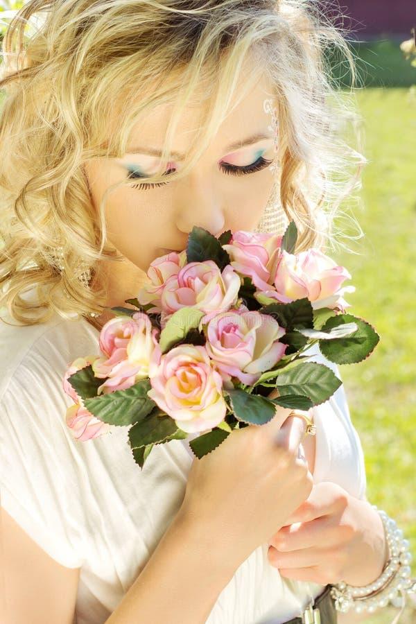 Молодая красивая элегантная, привлекательная блондинка девушки с длинными волосами в солнечном дне c голубые глазы состава в бело стоковое изображение