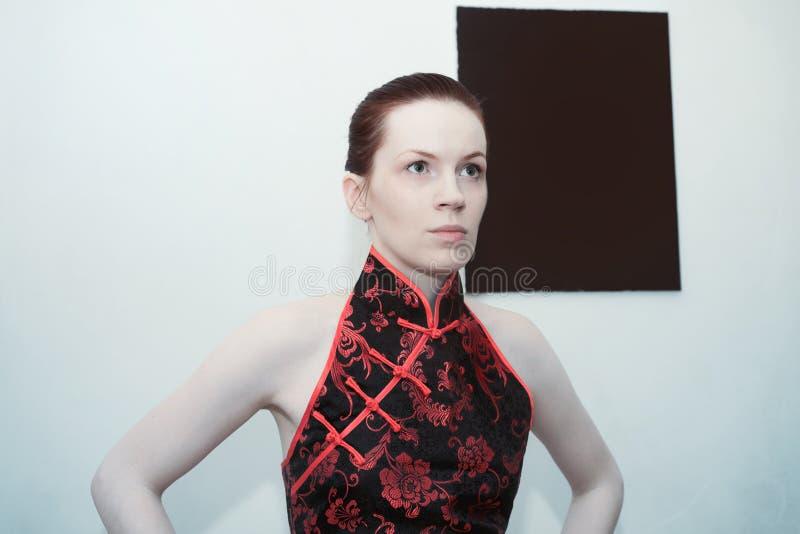 Молодая красивая redheaded женщина стоковая фотография