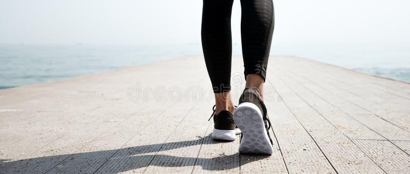 Молодая красивая sportive девушка подготавливая побежать стоковая фотография