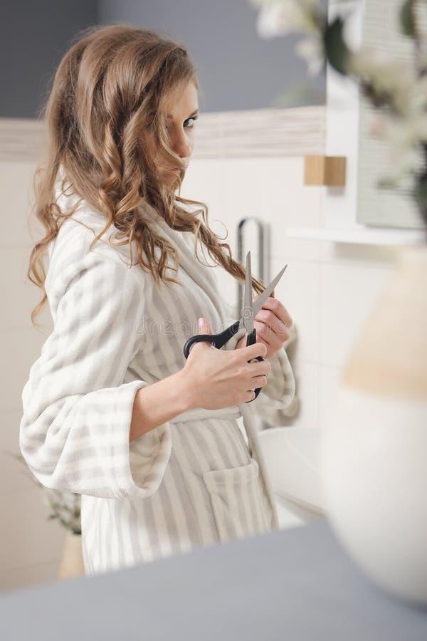 Молодая красивейшая девушка с ножницами стоковая фотография rf