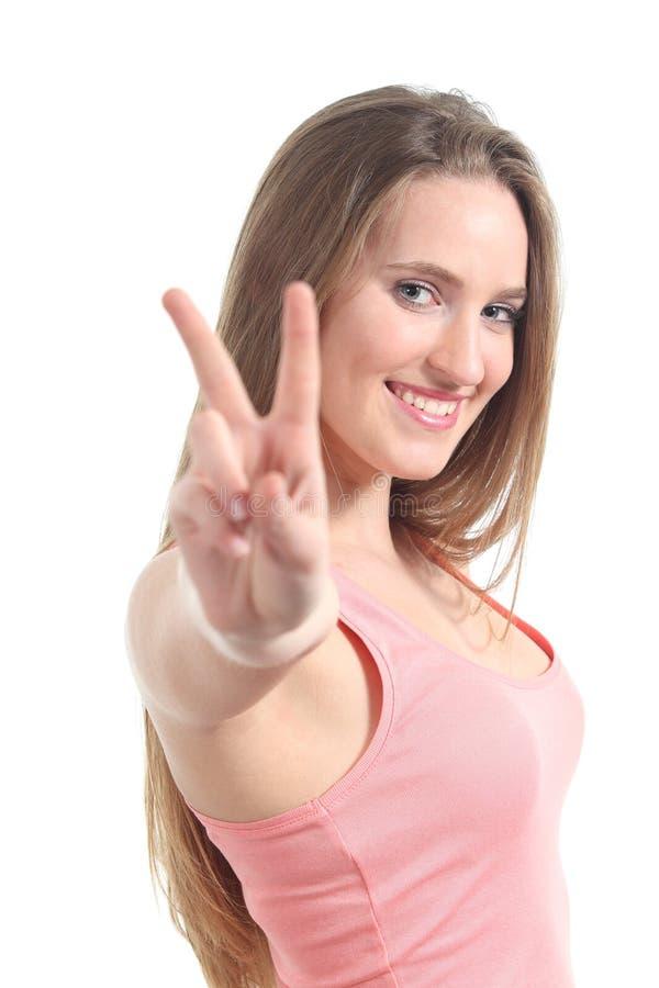 Молодая красивейшая женщина делая победу или жест мира стоковые изображения
