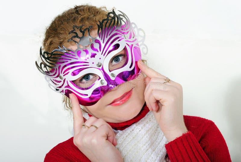 молодая красивейшая жизнерадостная девушка в яркой маске на белом ба стоковые изображения rf