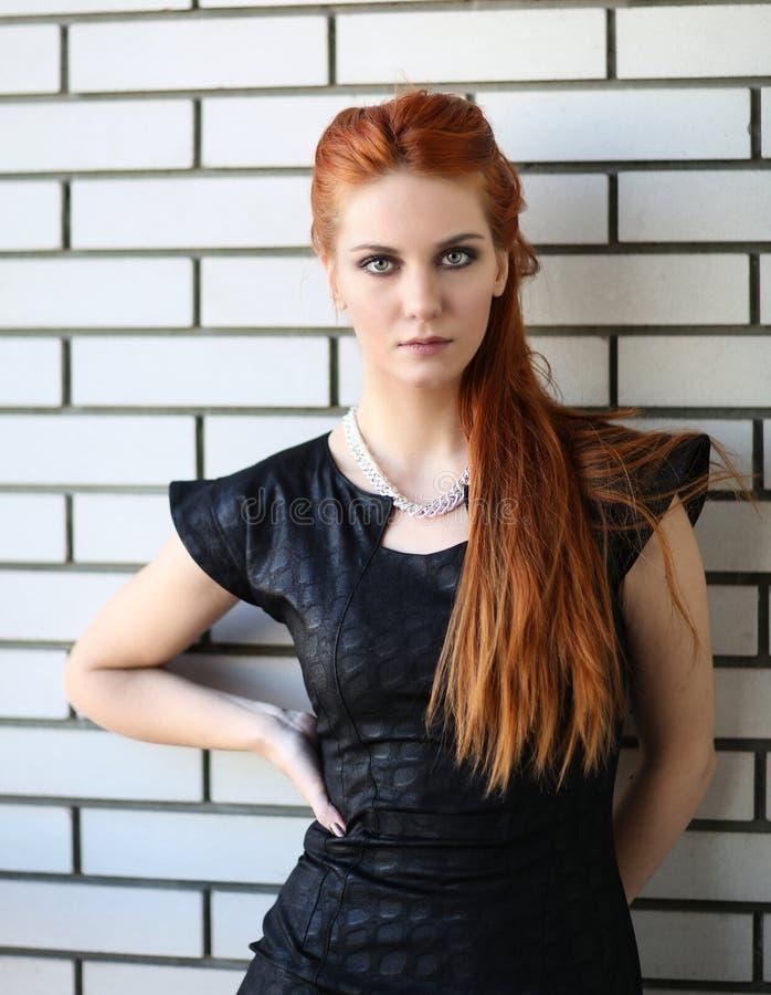 Молодая красная женщина волос стоковые изображения rf