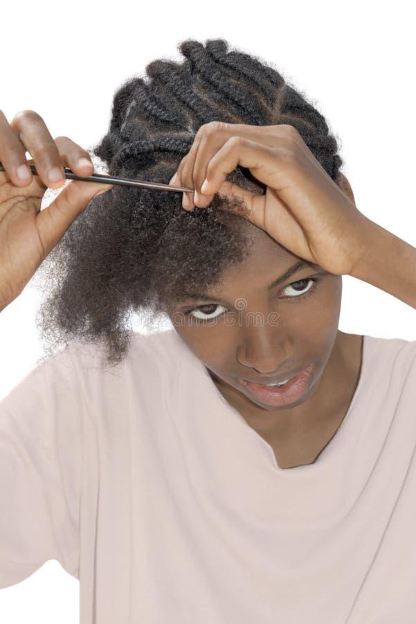 Молодая красота Афро detangling ее волосы, стоковая фотография