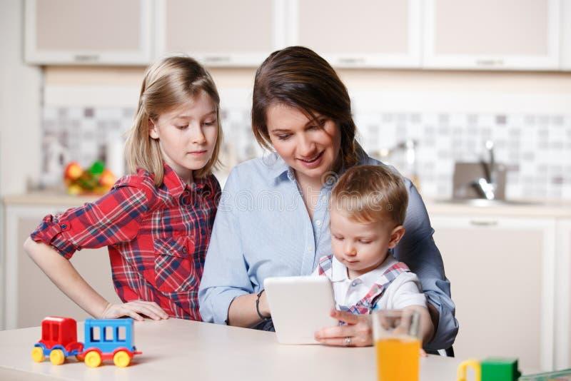 Молодая мама играя с детьми стоковые фотографии rf