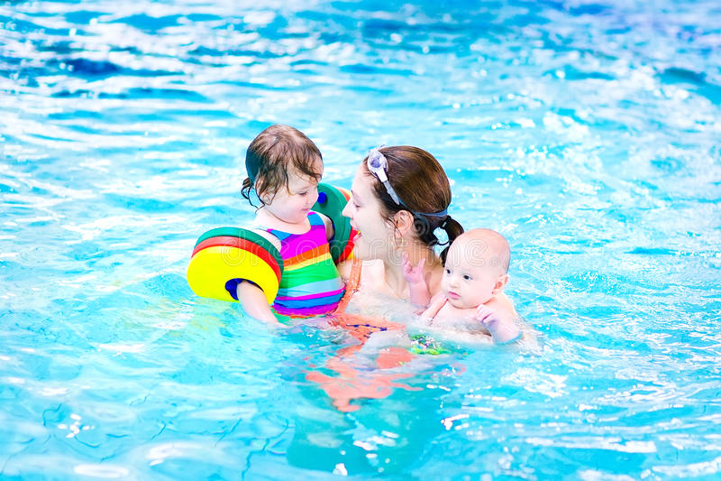 Download Молодая мать в бассейне с 2 детьми Стоковое Фото - изображение насчитывающей aztecan, актеров: 41657250