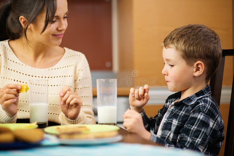 Мать и сын на кухонном столе