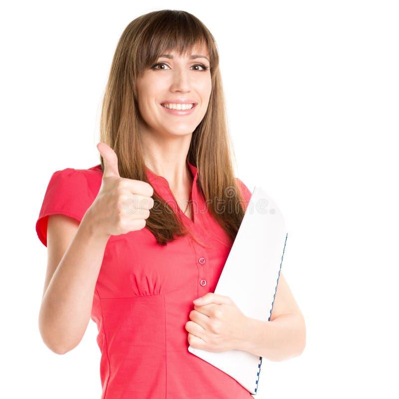 Молодая милая бизнес-леди держа папку и показывая большие пальцы руки вверх стоковое изображение