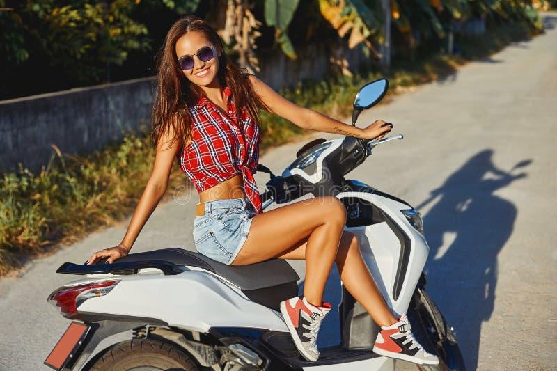 Молодая милая девушка битника на мотоцилк стоковое изображение rf
