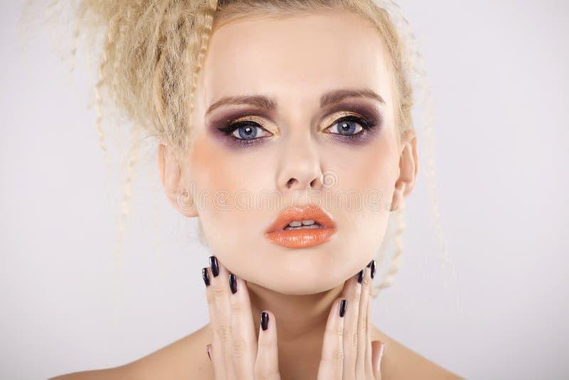 Молодая милая женщина с красивыми светлыми волосами стоковое фото rf