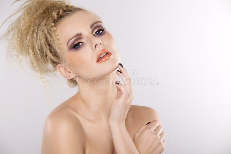 Молодая милая женщина с красивыми светлыми волосами стоковые изображения
