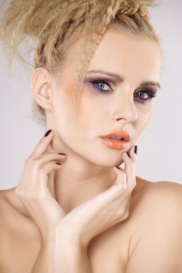 Молодая милая женщина с красивыми светлыми волосами стоковое изображение