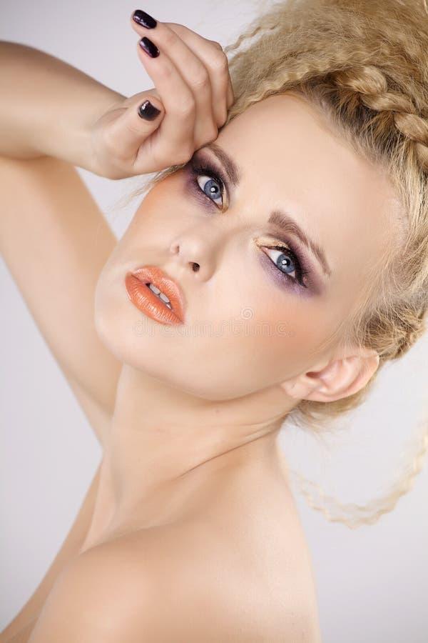 Молодая милая женщина с красивыми светлыми волосами стоковые фото