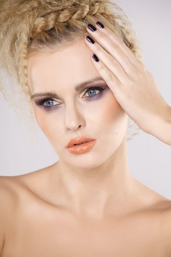 Молодая милая женщина с красивыми светлыми волосами стоковые фотографии rf