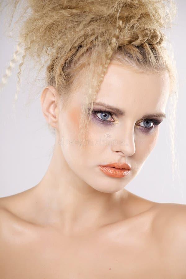 Молодая милая женщина с красивыми светлыми волосами стоковое изображение rf