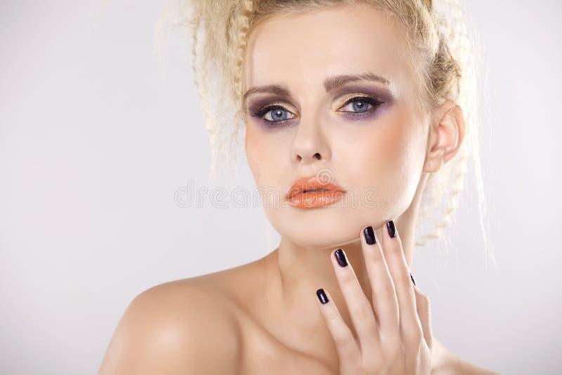 Молодая милая женщина с красивыми светлыми волосами стоковые изображения rf