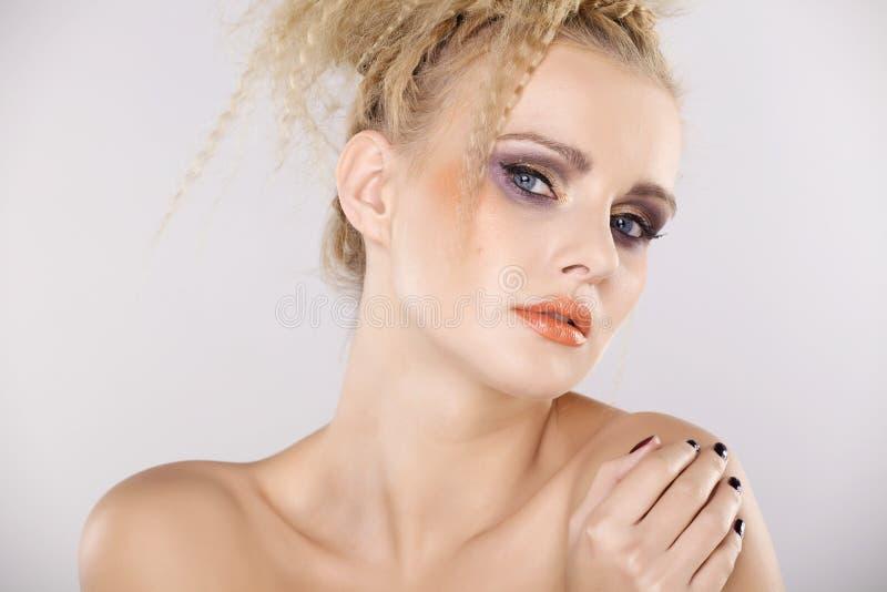 Молодая милая женщина с красивыми светлыми волосами стоковое фото