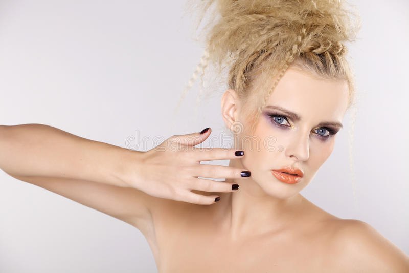 Молодая милая женщина с красивыми светлыми волосами стоковая фотография rf