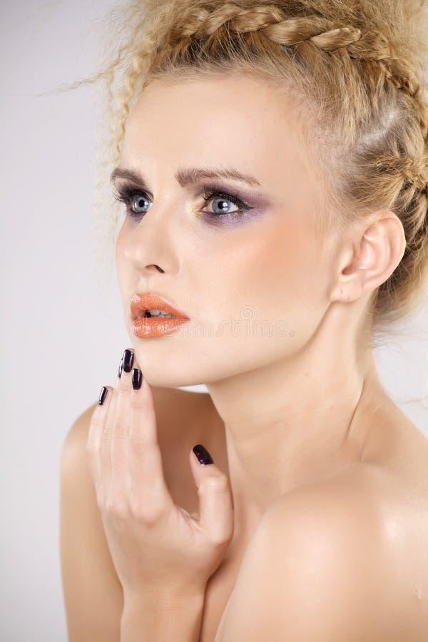 Молодая милая женщина с красивыми светлыми волосами стоковая фотография