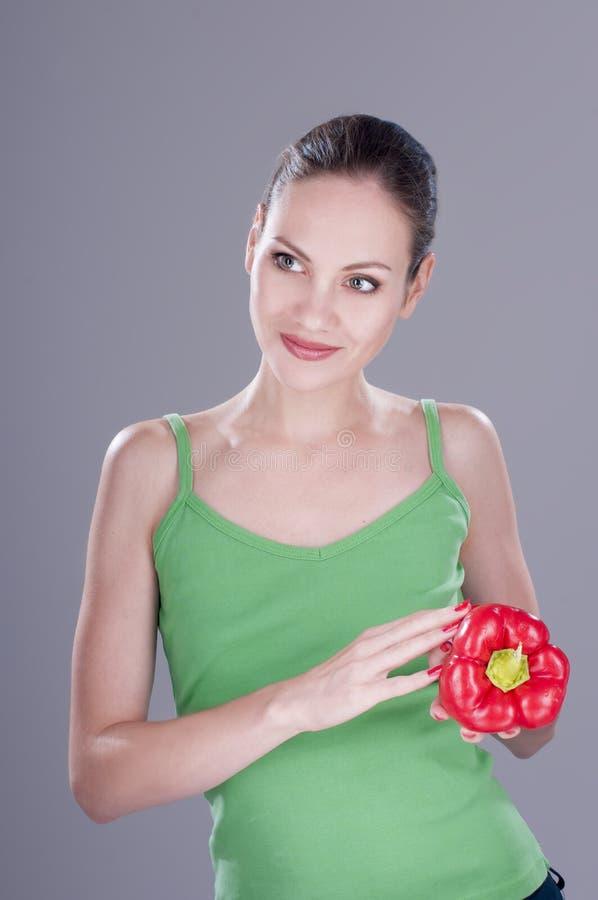 Молодая милая женщина с красным перцем стоковая фотография rf