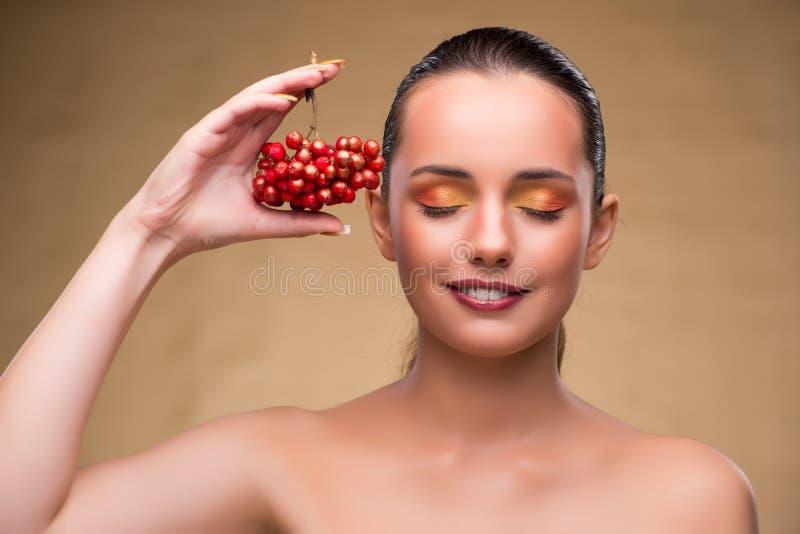 Молодая милая женщина с ягодами в концепции красоты стоковые изображения rf