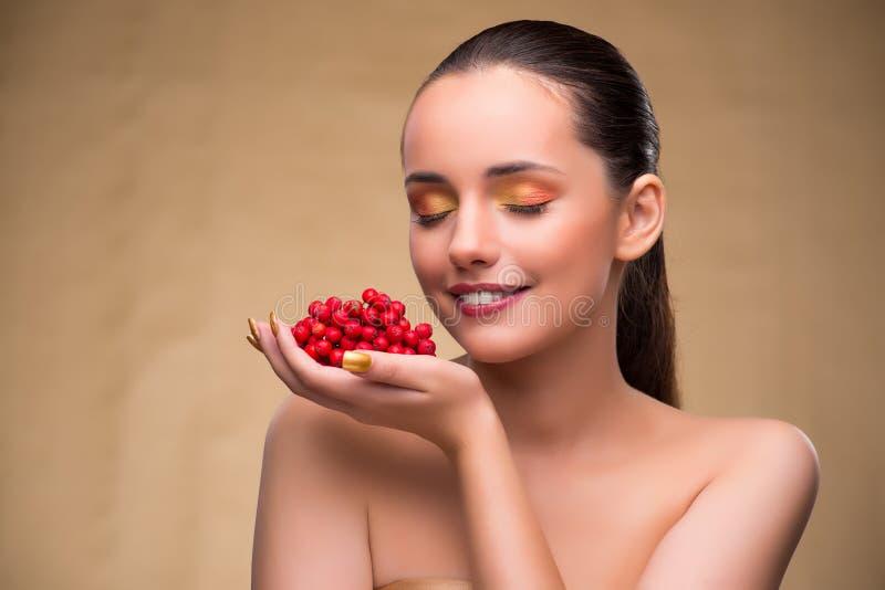 Молодая милая женщина с ягодами в концепции красоты стоковое фото rf