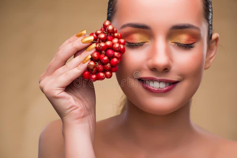 Молодая милая женщина с ягодами в концепции красоты стоковая фотография rf