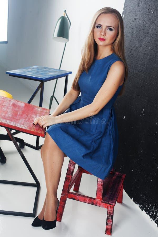 Молодая милая доска мела стола класса учителя студента девушки, тренировка, MBA, курсы, тренировки, образование, белокурое стоковые изображения